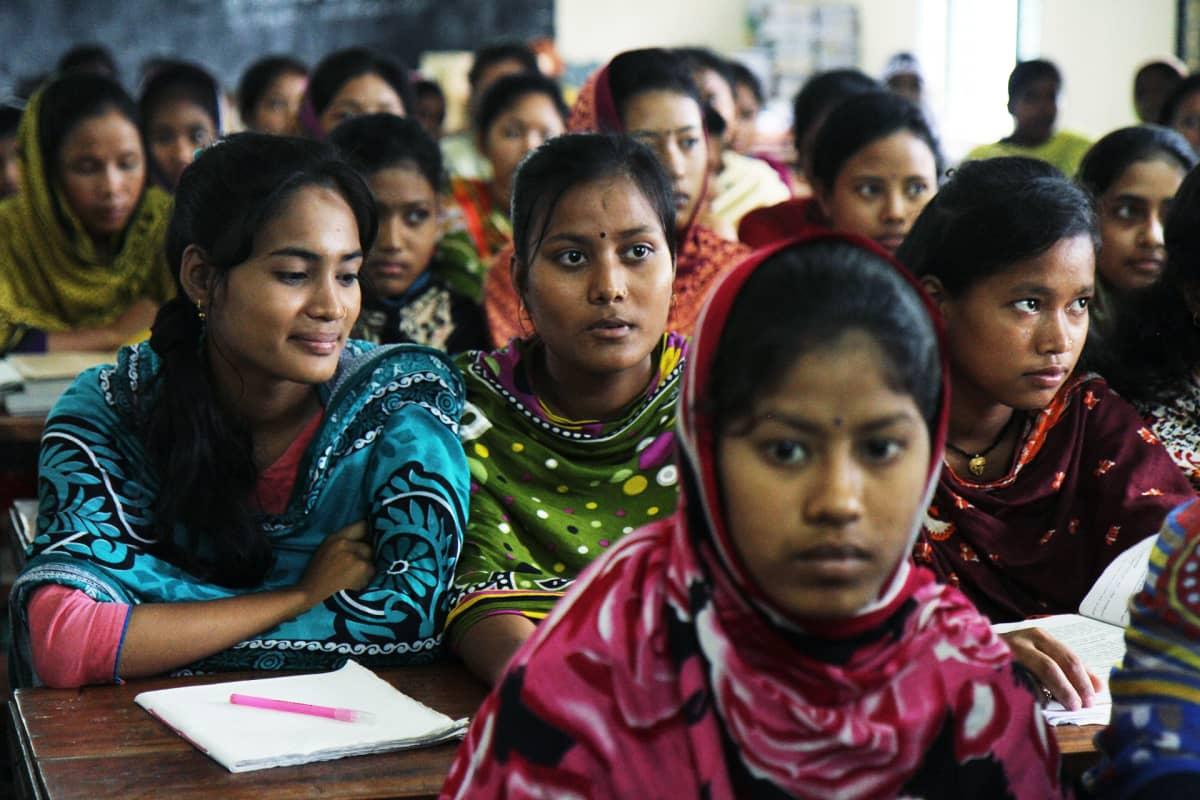 Tyttöjä koulussa Bangladeshissa.