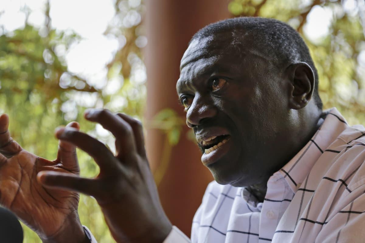 Kizza Besigye lähikuvassa.