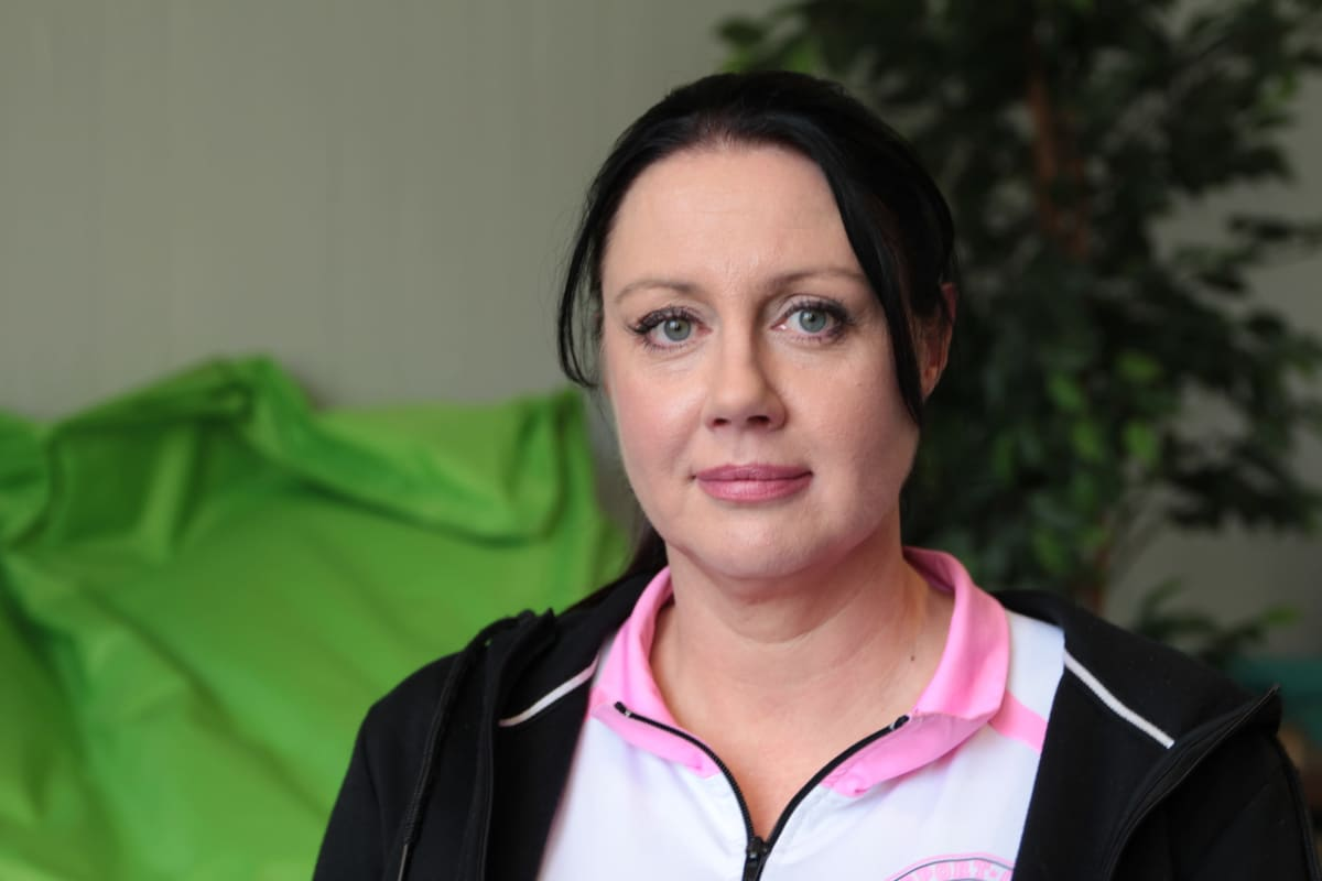 Lotta Carlson on erikoistunut psykofyysisen fysioterapiaan ja on koulutukseltaan myös työnohjaaja.