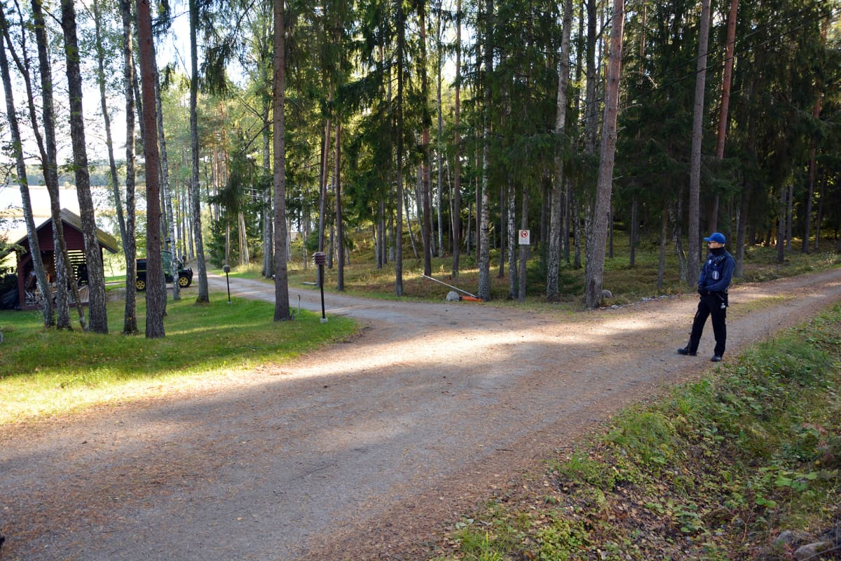 Poliisi valvoo yhä Paraisilla Ybbersnäsintien päässä olevaa rantakiinteistöä.