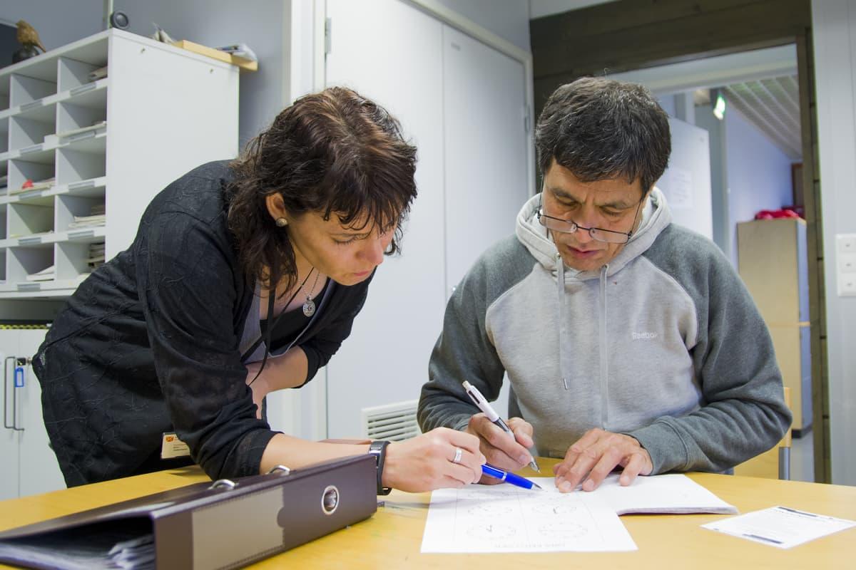 Mohammad Ihsan opiskelee opettaja Kirsi Hakoniemen avustuksella suomen kieltä