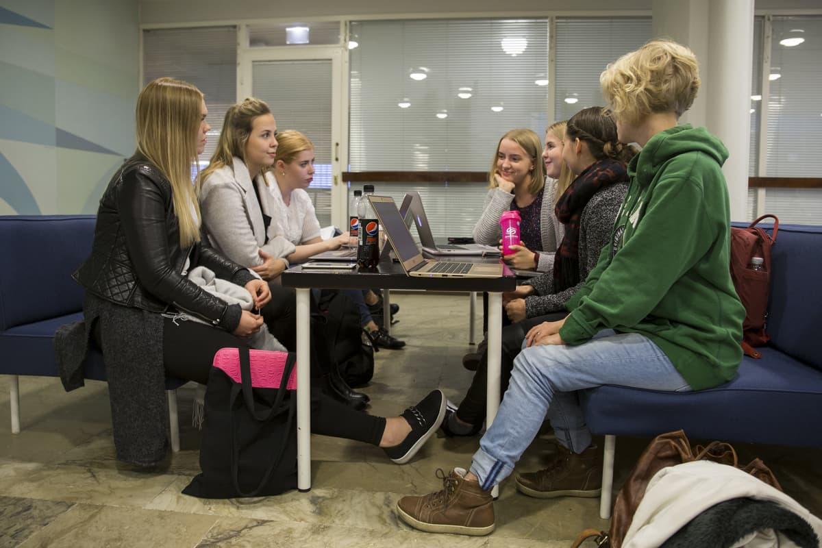 Helsingin yliopiston varhaiskasvatuksen opiskelijoita Porthaniassa