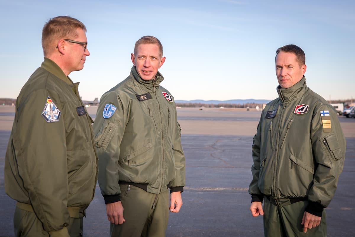 kolme lentäjää