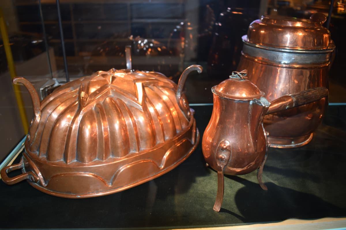 Anne ja Pentti Siivosen kuparikokoelman esineitä.