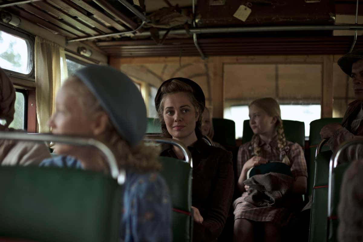 Oona Airola näyttelee Annia elokuvassa Oma maa
