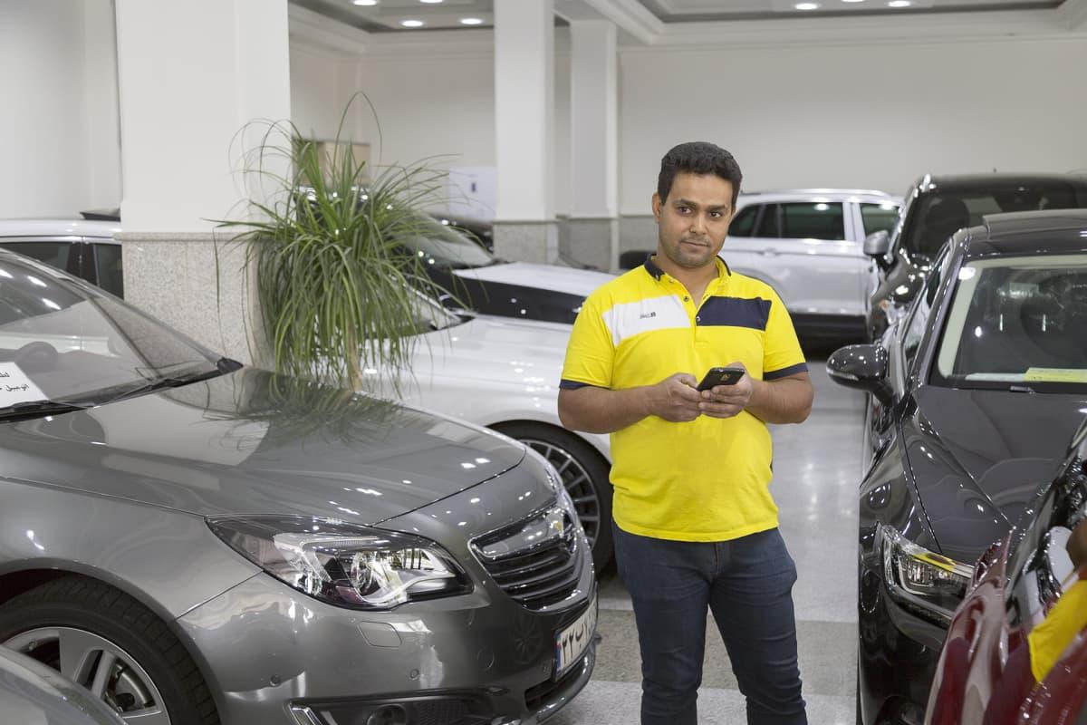 Hamid Seyfin työpaikalla autokaupassa on nyt rauhallista.