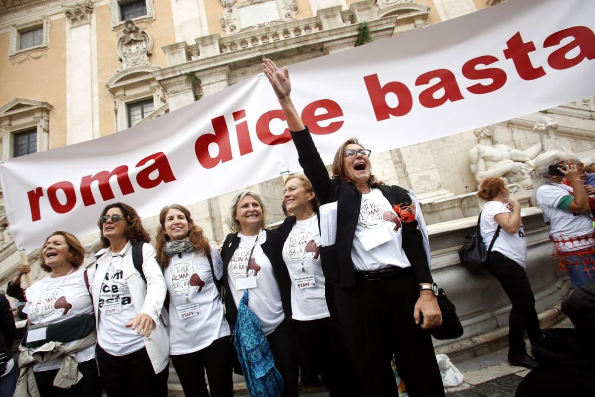 Rooman yleisilmeeseen väsähtäneet kaupunkilaiset marssivat kaduille vaatimaan muutoksia.