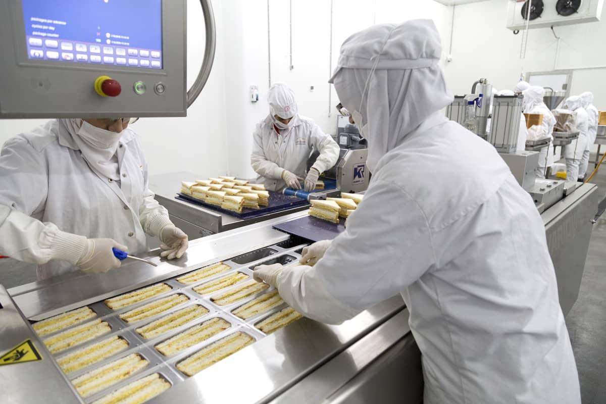 Työntekijöitä leipähihnalla.