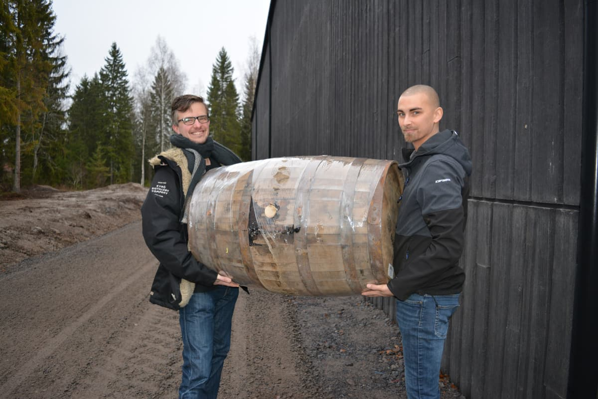 Miko Heinilä ja Robert Sivula kannattelevat tyhjää tammitynnyriä