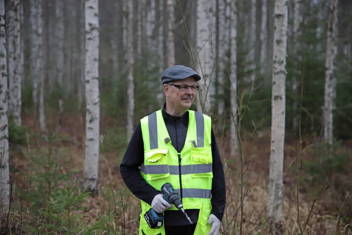 Pekka Kolari on istuttanut pakuri-ymppejä omaan metsäänsä Jämsänkoskella.