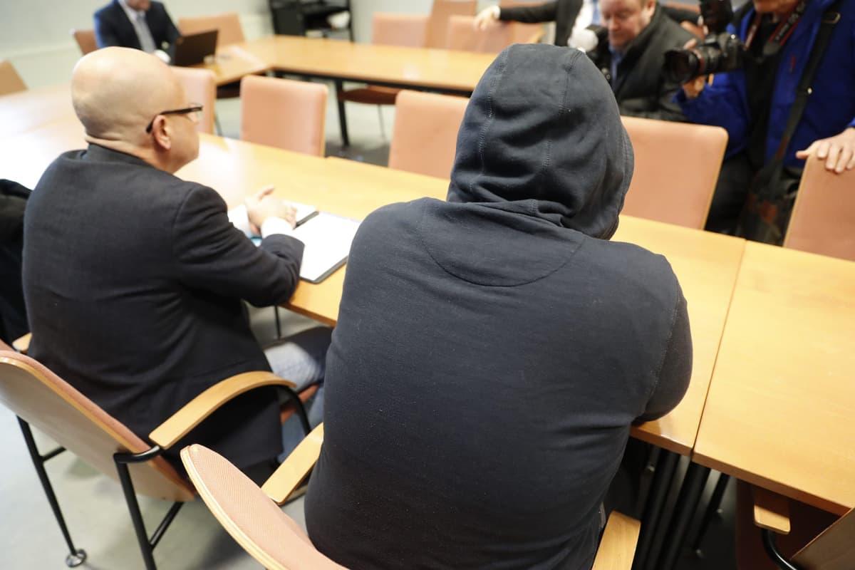 Syytetty (oik.) ja asianajaja joulukuussa 2014 tapahtuneen puukotuksen vangitsemisoikeudenkäynnissä Tampereen pääpoliisiasemalla 31. maaliskuuta 2018.