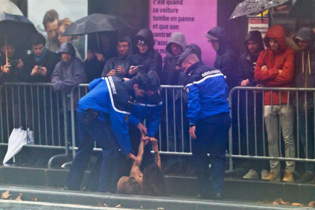 Ranskalaiset poliisit ovat ottaneet kiinni Femen-ryhmään kuuluneen mielenosoittajan Pariisissa 11. marraskuuta.
