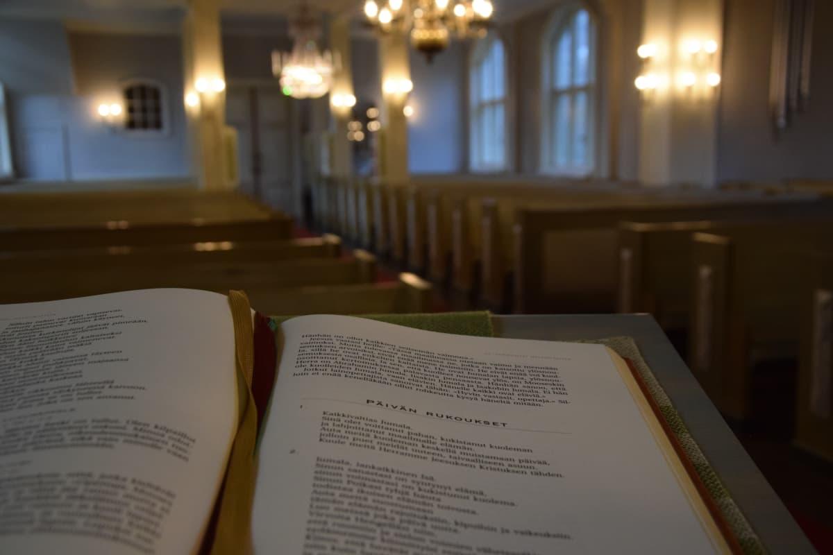 Auran kirkko sisältä, rukouskirja ja kirkkosali, Aura