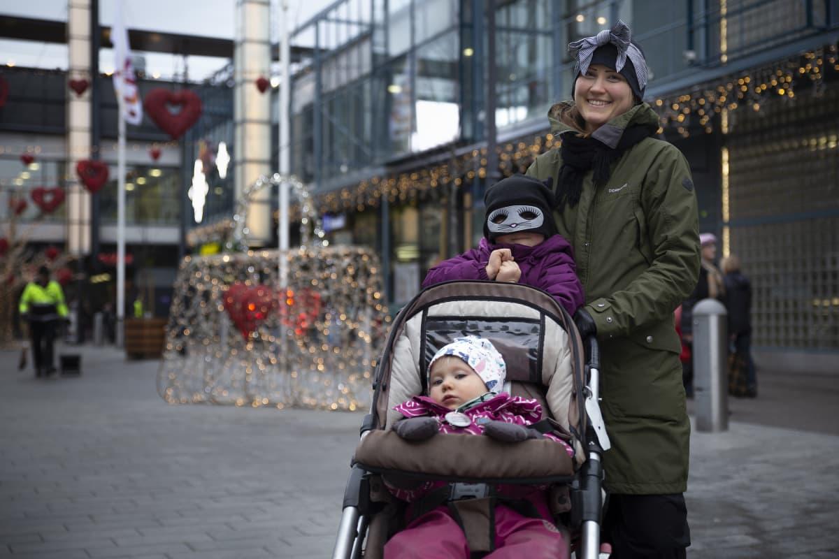 Linda, Ilona ja Taika Kankainen nauttivat Tallinnan aukion jouluvalaistuksesta.