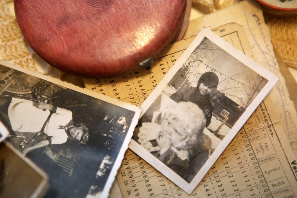 Marja-Leena Suvitie on siskon laukussa löytyneessä valokuvassa valkoinen myssy päässä.