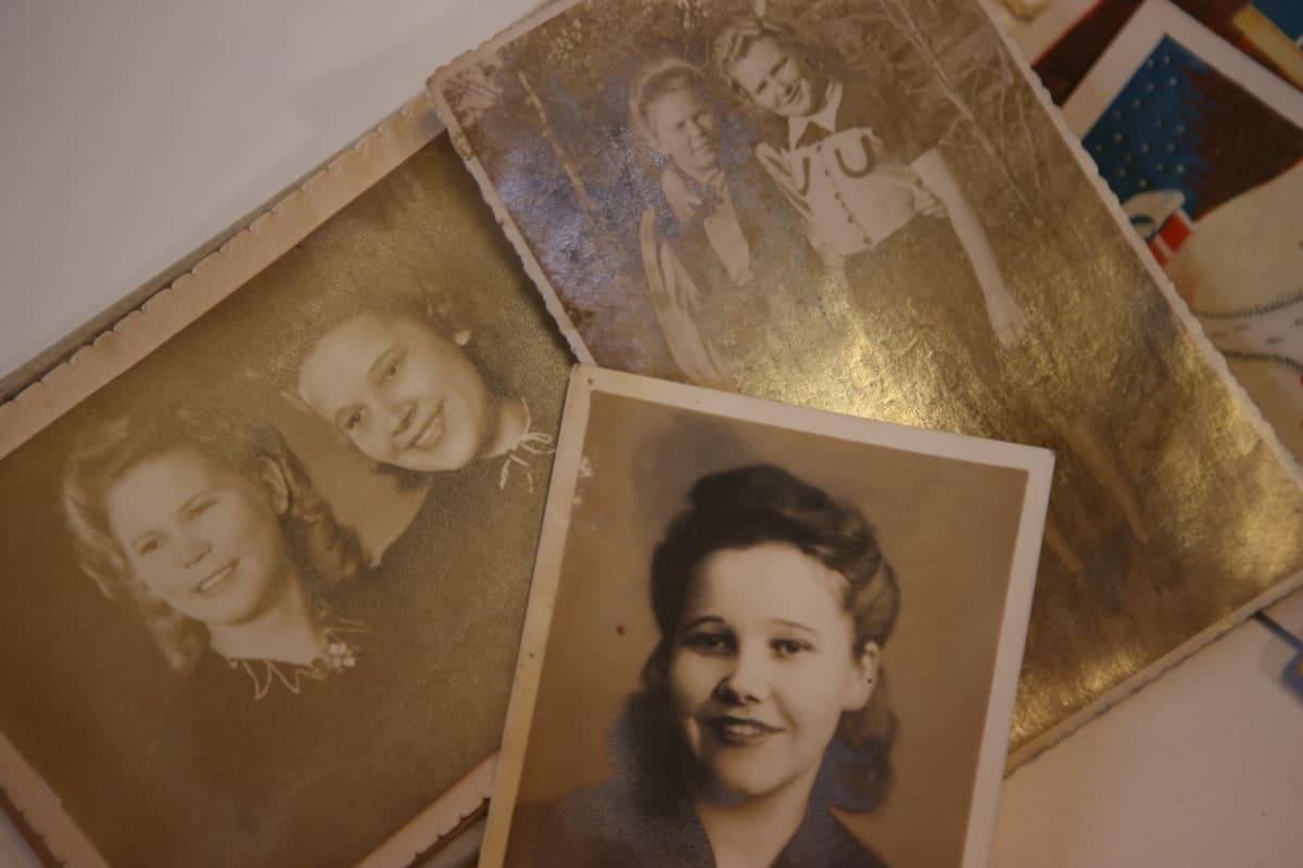 Eevi Jäppisen käsilaukusta löytyneitä valokuvia.