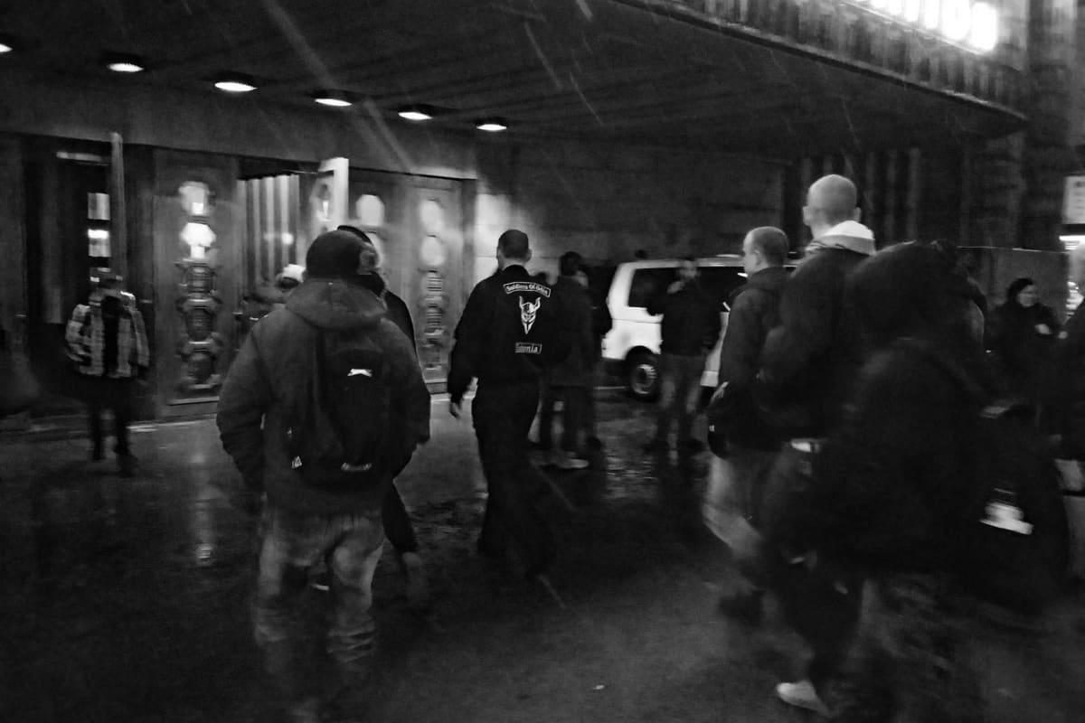 Soldiers of Odin -ryhmän jäseniä Helsingin Rautatieasemalla illalla 6. helmikuuta 2016.