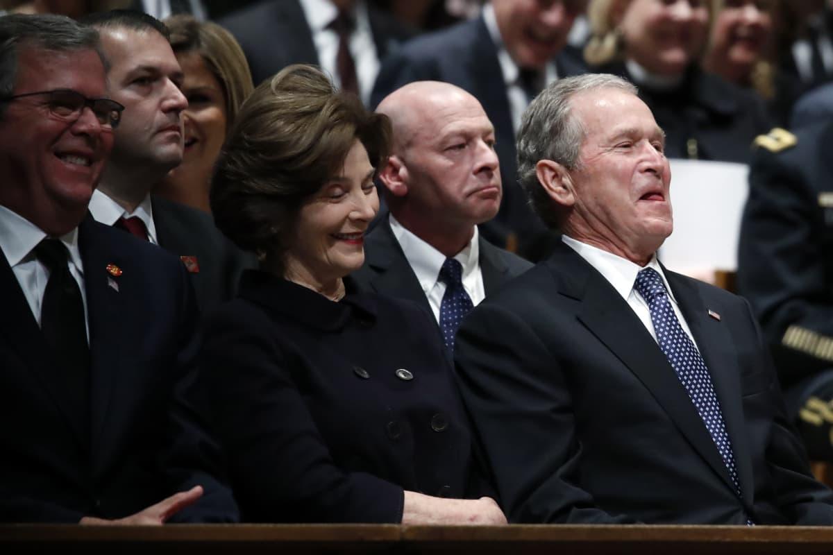 Yhdysvalloissa hautajaisetiketti ei aina vaadi vakavuutta. Kuvassa Yhdysvaltain 43:s presidentti George W. Bush ja puoliso Laura Bush.