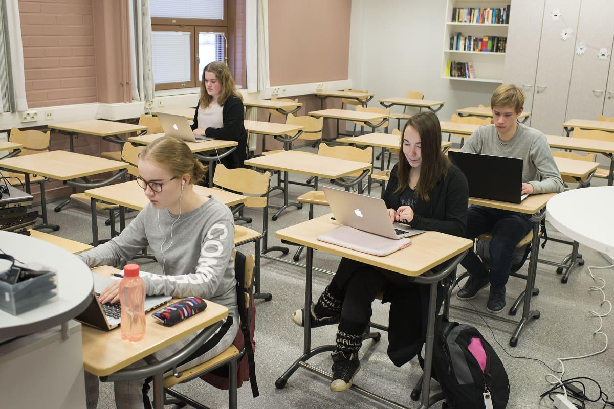 Kannuksen lukion oppilaita tekemässä äidinkielen koetta.