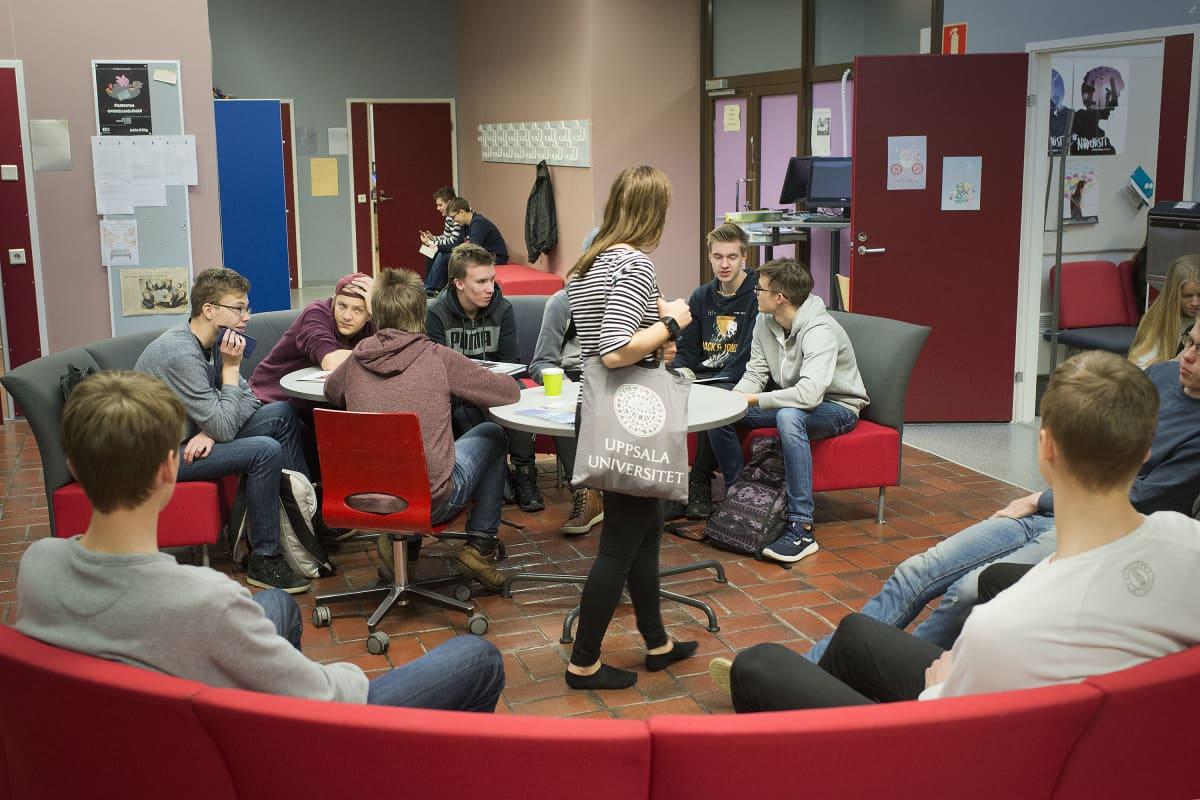 Lukion oppilaita koulun aulassa.