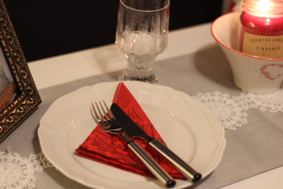 Yhdelle katettu lautanen joulupöydässä