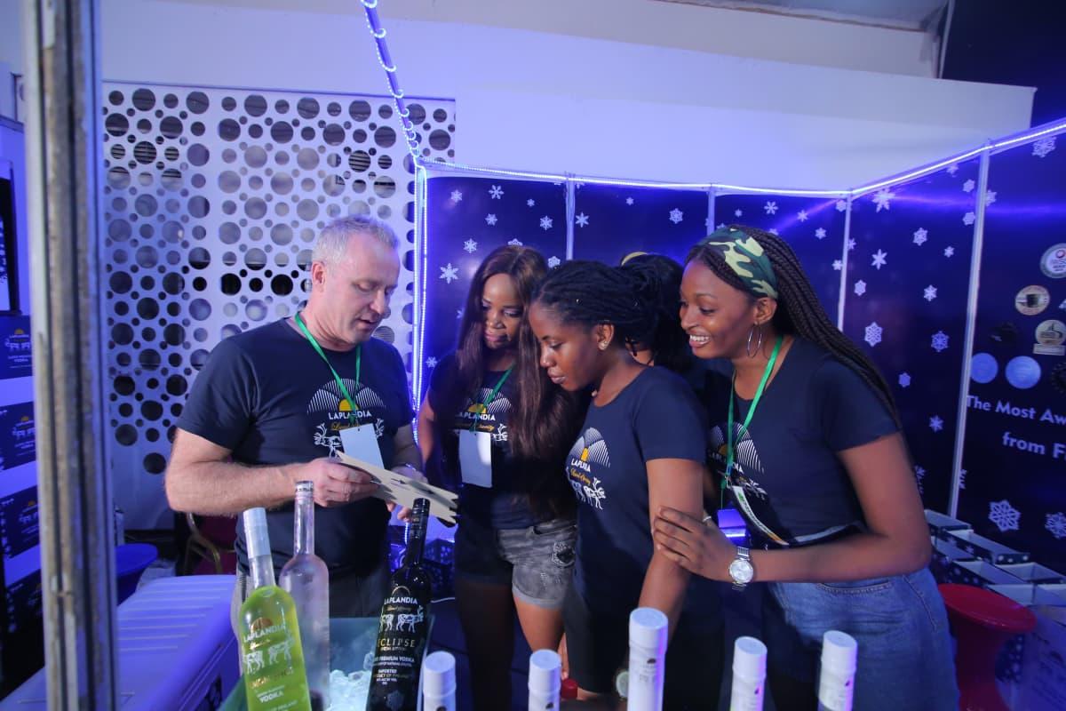 Shaman Spiritsin toimitusjohtaja Ilpo Sulkala ohjeistaa esittelijöitä Nigerian Lagosissa järjestetyssä International Drinks Festival -tapahtumassa.