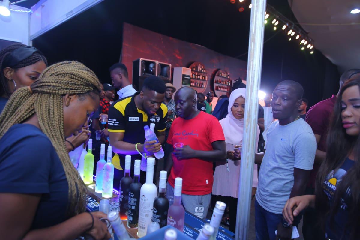 Yleisöä Laplandia-vodkan esittelytiskillä Lagosissa.