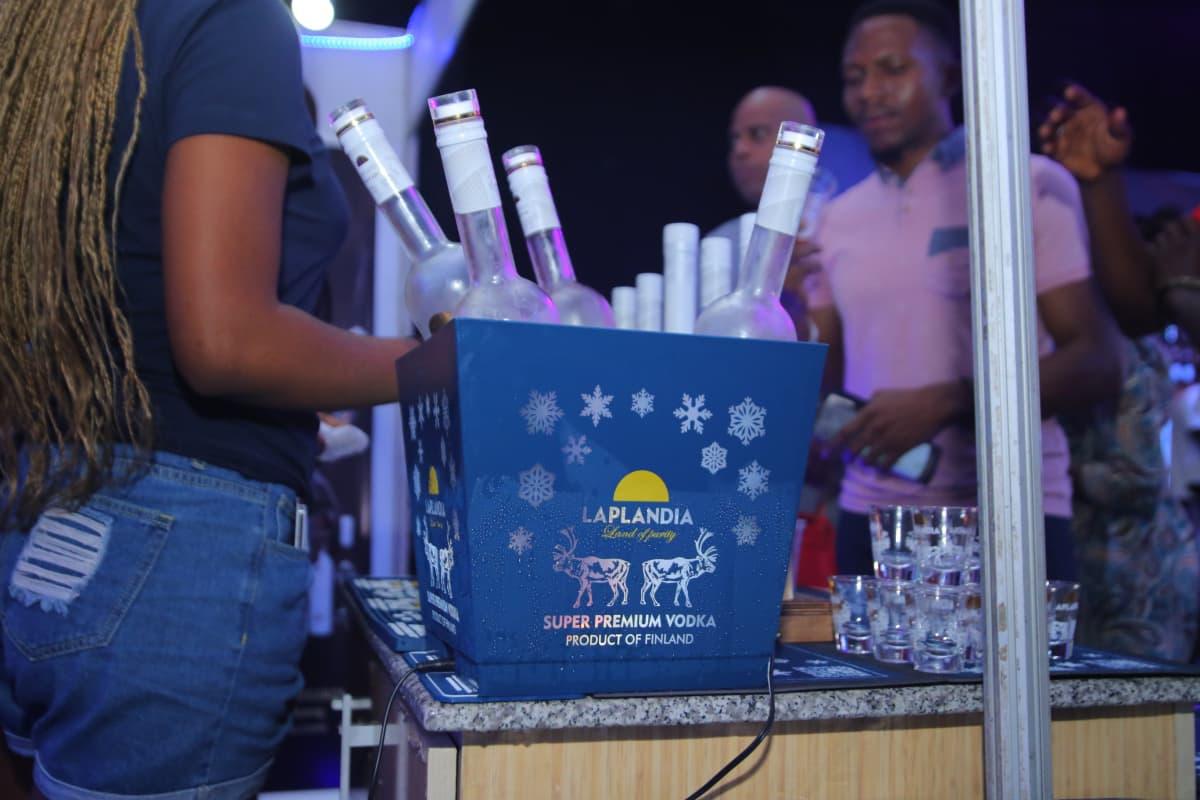 Tyrnäväläisen Shaman Spiritsin vodkapullojen etiketeissä poseeraa kaksi eri suuntiin katsovaa poroa.