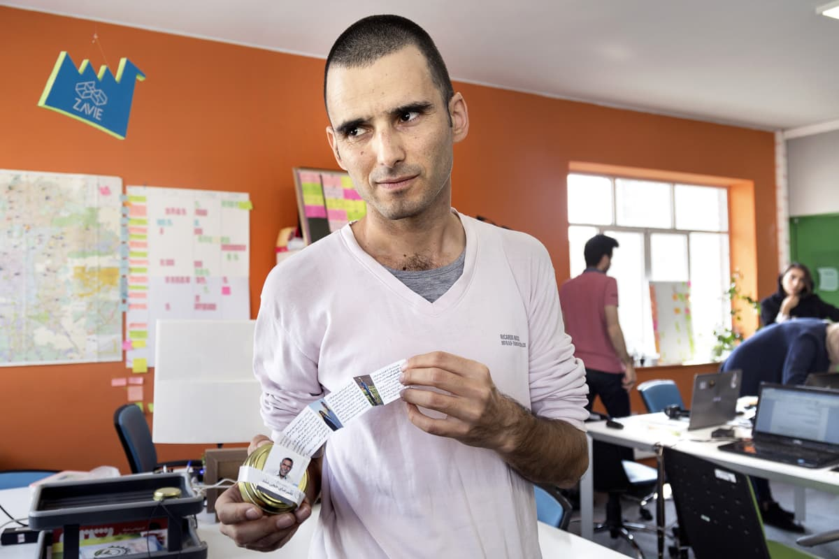 Mies esittelee mausteita.