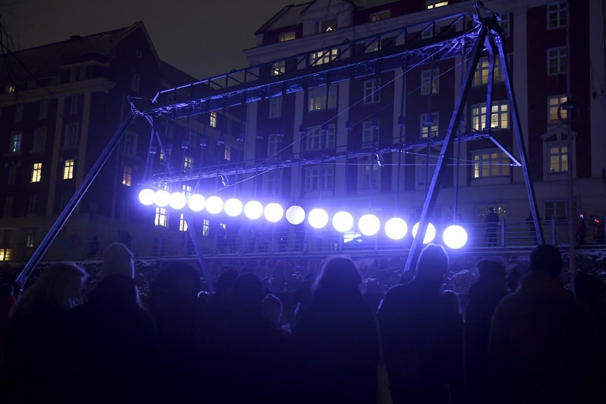 hollantilaisen valotaiteilijan Ivo Schoofsin Large Pendulum Wave -teosta Lux Helsinki -valofestivaalin ensimmäisenä päivänä Nervanderin puistikossa Helsingissä.