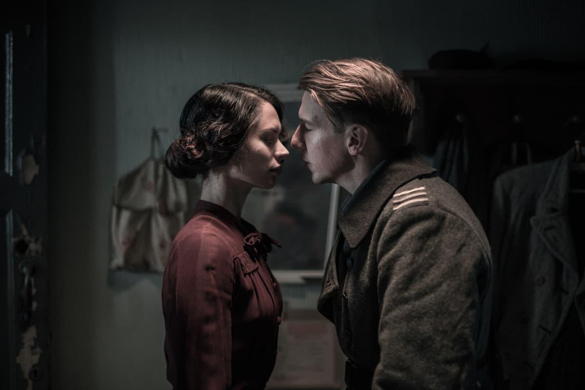 Vera (Diana Pozharskaya) ja Hietanen (Aku Hirviniemi)