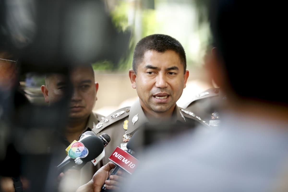 Thaimaan johtava maahantuloviranomainen Surachate Hakparn puhui lehdistölle Saudi-Arabian Bangkokin-lähetystön edessä 7. tammikuuta 2019.