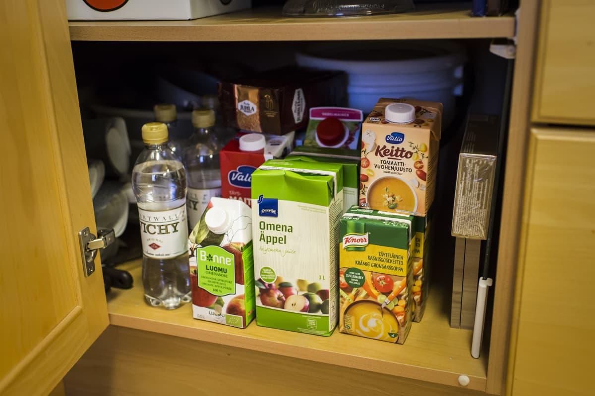 Kuvassa ruoka-aineita ja vettä komerossa.