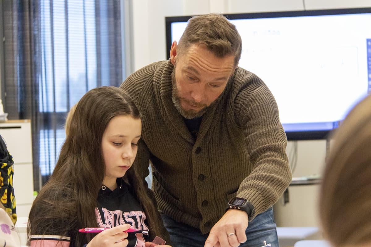 Opettaja Sami Karvonen opastaa oppilasta