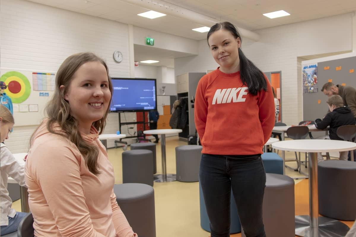 Fysioterapiaopiskelijat Elina Lääperi ja Niina Backman