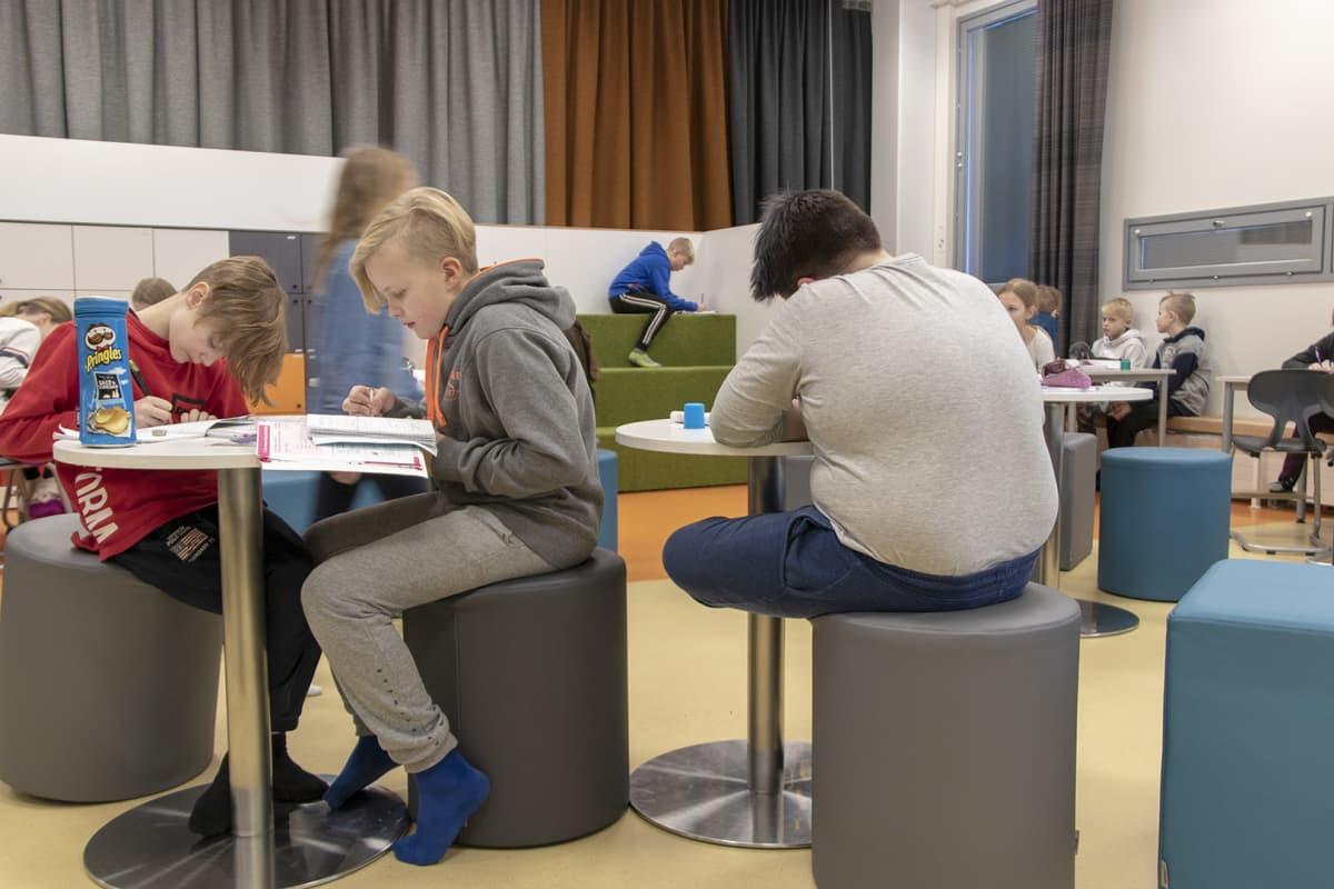 Oppilaita luokkatilassa Rantaroustin koulussa