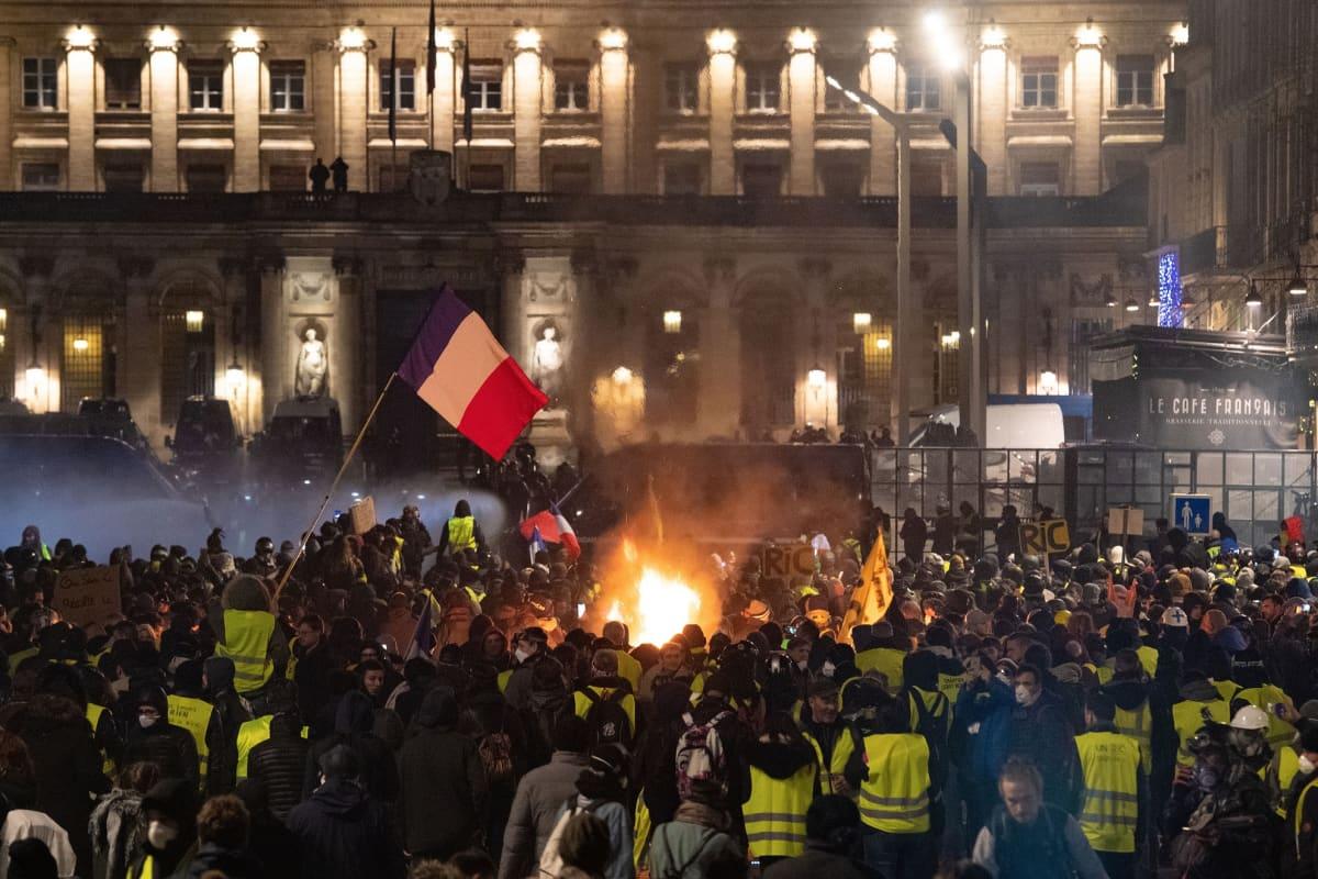 Keltaliiveiksi kutsuttuja mielenosoittajia Bordeaux'ssa 12. tammikuuta 2019.