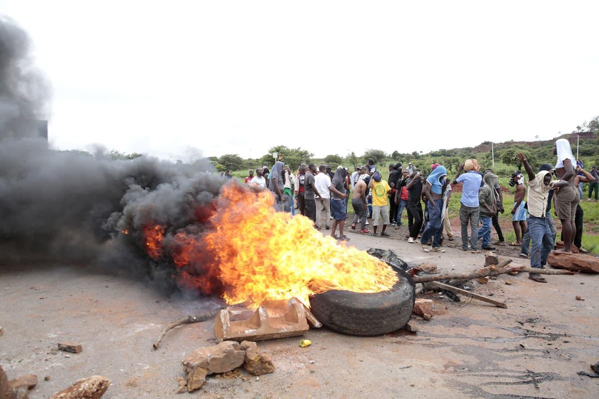 Mielenosoittajat polttavat renkaita protestiksi polttoaineen ja elinkustannusten nousun takia.