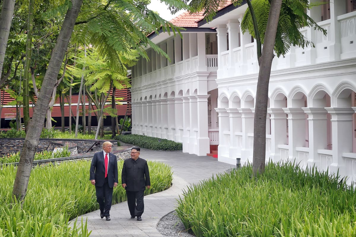 Kim Jong-un ja  Donald Trump kävelevät puutarhassa Singaporessa.