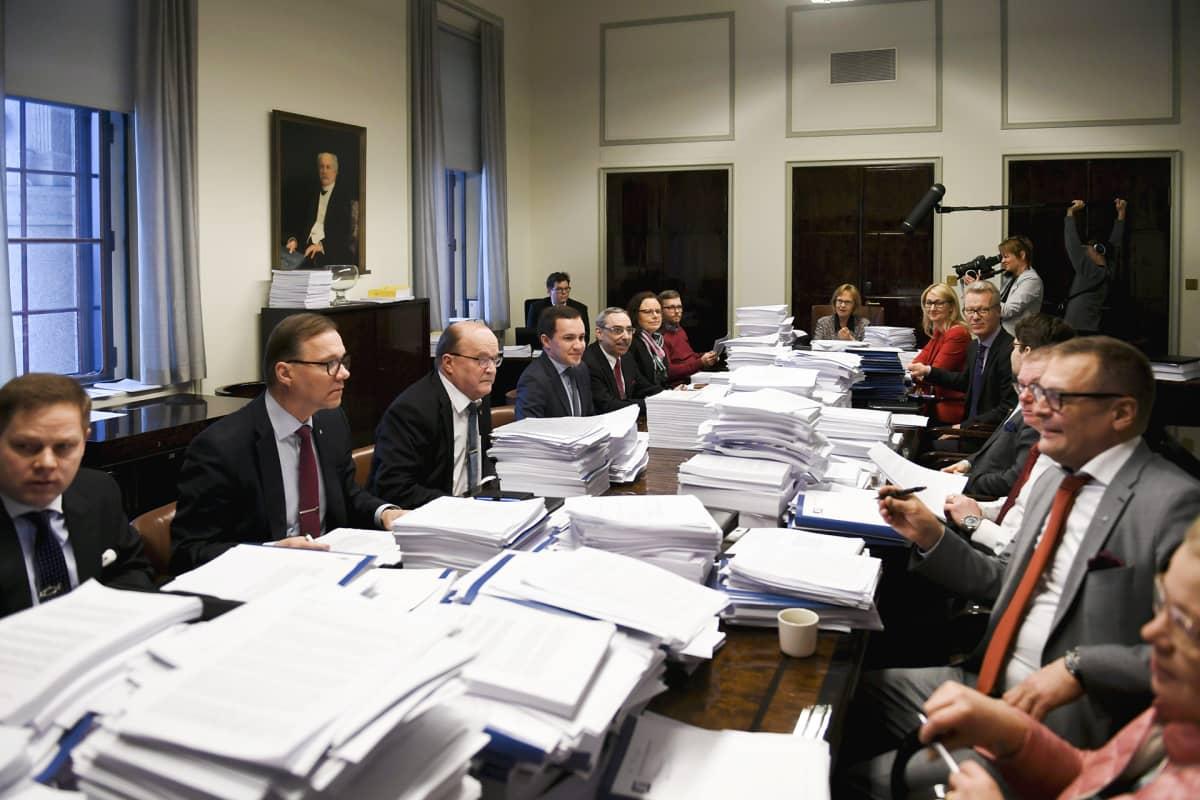 Perustuslakivaliokunta kokoontui ylimääräiseen SOTE-kokoukseen puheenjohtaja Annika Lapintien johdolla eduskunnassa 11. helmikuuta