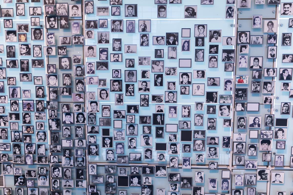 Pinochet'n diktatuurin aikaan kadonneiden ihmisten kuvia museon seinällä.