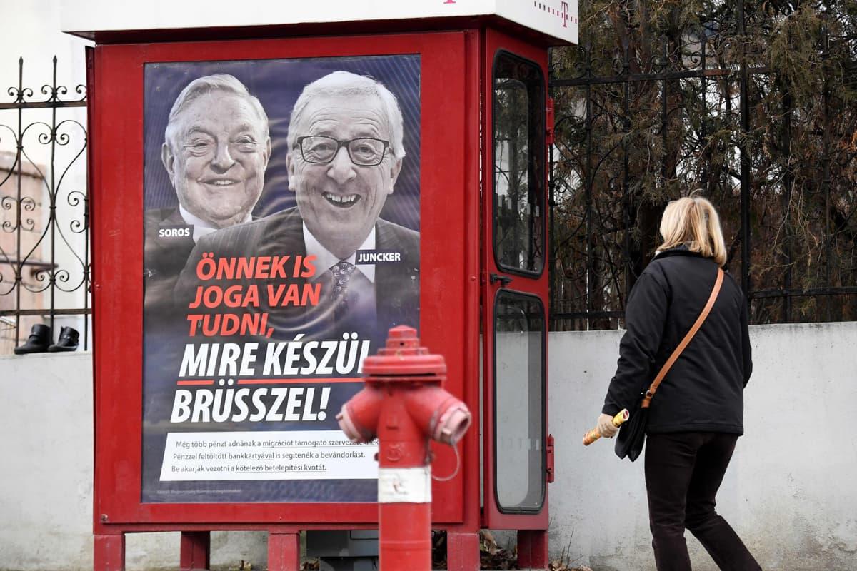 Unkarin hallituksen siirtolaisvastaisen kampanjan juliste Budapestissä. Julisteessa syytetään yhdysvaltalaista suursijoittajaa ja hyväntekijää George Sorosia ja EU-komission puheenjohtajaa Jean-Claude Junckeria laittoman maahantulon kannattamisesta.