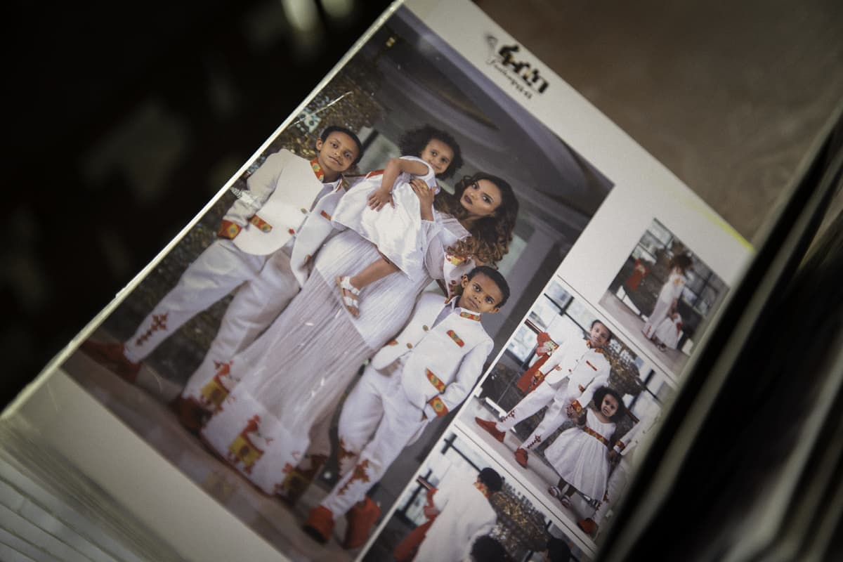 Kansio, jonka valokuvissa poseeraa nainen ja lapsia.