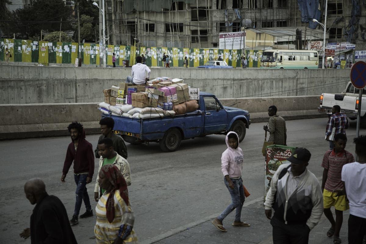 Ihmisiä ja ajoneuvoja kadulla Addis Abeban keskustassa.