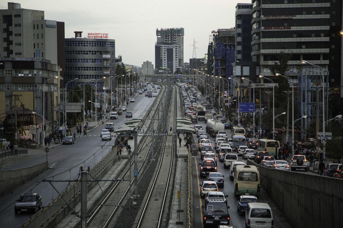 Raitiotie ja kerrostaloja Addis Abeban keskustassa.