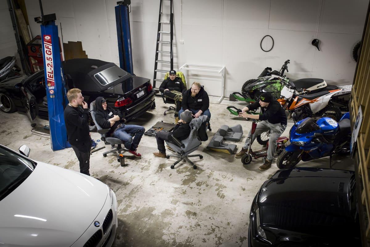 Miehiä autotallissa.