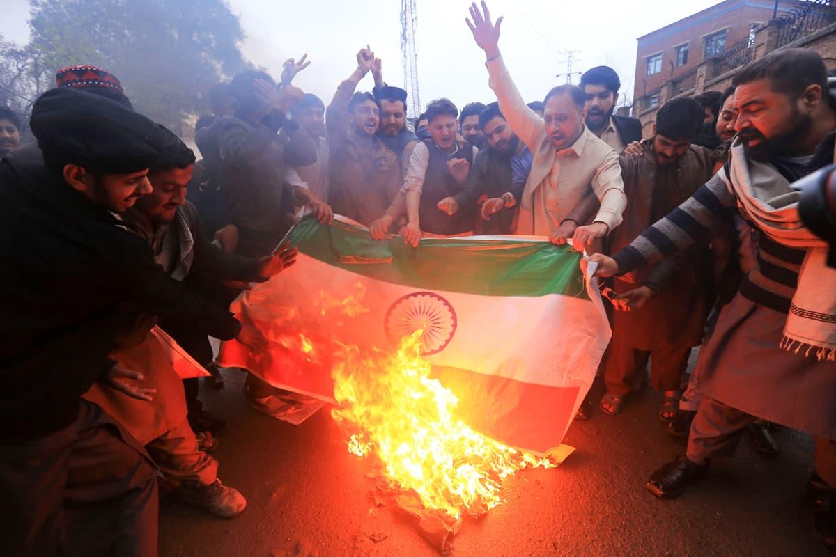 Pakistanilaiset protestoivat  Intiaa vastaa.
