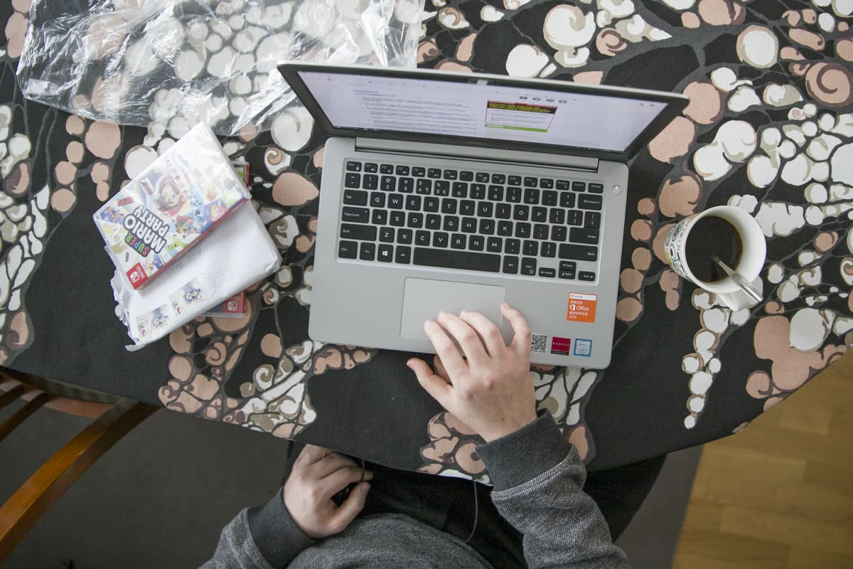 tietokone ja käsi