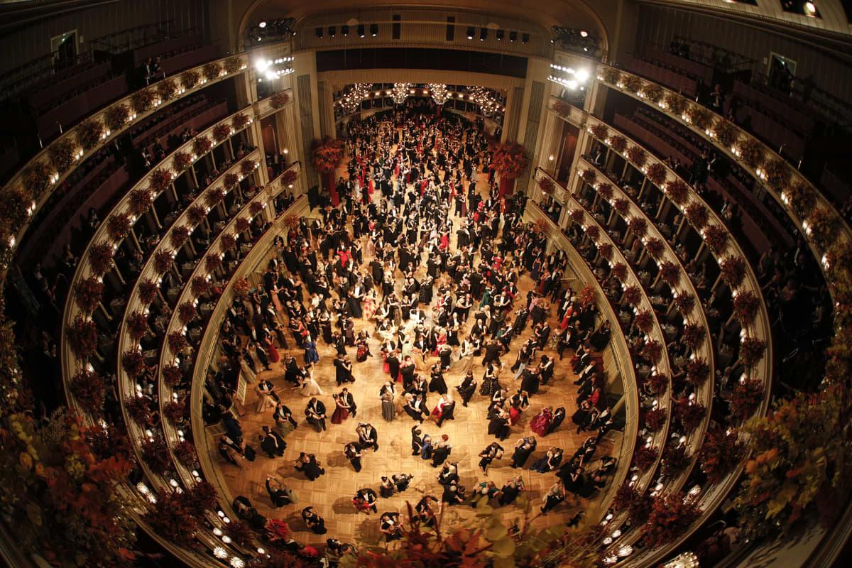 Wienin oopperatanssiaiset 28. helmikuuta.