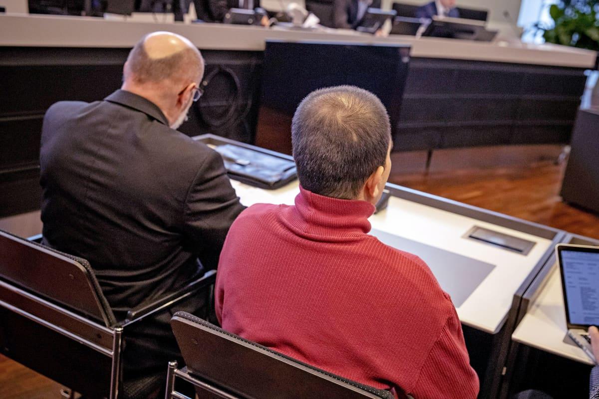 Loimaan epäillyn bussikaappauksen syytetty (oik.) ja puolustusasianajaja Varsinais-Suomen käräjäoikeudessa Turussa 7. maaliskuuta 2019.